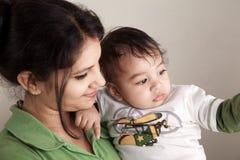 婴孩印第安母亲微笑 免版税库存照片