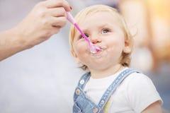 婴孩吃 婴孩提供的妈妈 免版税库存照片