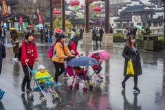 婴孩和成人在雨中 库存照片