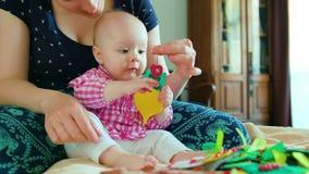 婴孩和母亲和使用与玩具 图库摄影