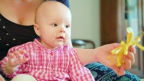婴孩和母亲和使用与玩具 免版税库存图片