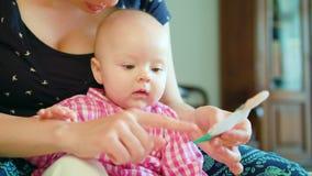 婴孩和母亲和使用与玩具 免版税图库摄影