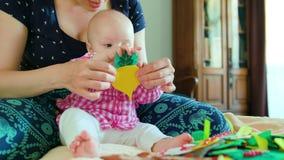 婴孩和母亲和使用与玩具 免版税库存照片