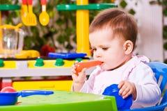 婴孩和玩具厨房2 免版税库存照片