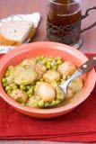 婴孩土豆、绿皮胡瓜和豌豆炖煮的食物 免版税库存图片