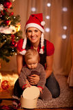 婴孩圣诞节礼品临近空缺数目结构树 免版税库存照片