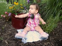 婴孩在庭院里 免版税图库摄影