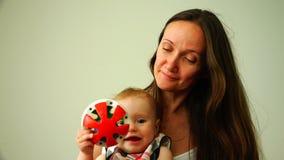 婴孩在玩具附近使用在她的母亲旁边 股票录像