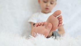 婴孩在白色背景的腿特写镜头在慢动作 影视素材
