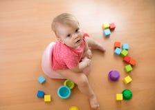 婴孩坐儿童` s罐,洗手间,使用与玩具 免版税库存照片