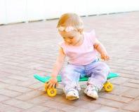 婴孩坐滑板 库存图片