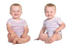 婴孩坐的微笑的孪生 库存图片