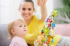 婴孩复活节彩蛋母亲陈列 库存照片