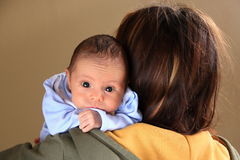 婴孩大穿蓝衣的男孩注视母亲 库存照片