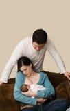 婴孩夫妇新出生的年轻人 免版税库存图片