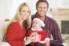 婴孩夫妇装备圣诞老人 库存图片