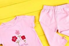 婴孩女孩可爱的夏天服装 库存图片