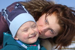 婴孩她亲吻的母亲 免版税库存照片