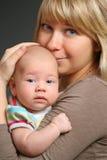 婴孩她的小母亲 免版税库存照片