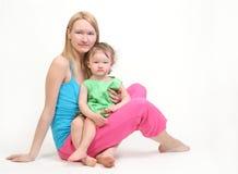 婴孩她的母亲年轻人 免版税图库摄影