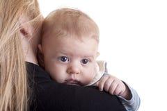 婴孩她的母亲肩膀 免版税库存图片