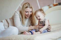 婴孩她的母亲 免版税库存照片