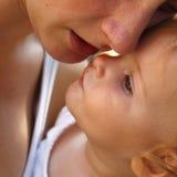 婴孩她的藏品母亲s 免版税库存照片