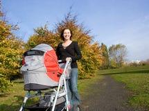 婴孩室外妇女 免版税库存照片