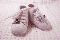 婴孩对变粉红色鞋子 免版税库存照片