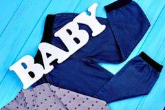 婴孩少年牛仔裤和衬衣在销售中 免版税库存图片