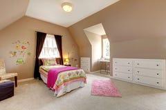 婴孩床卧室褐色女孩大粉红色 库存照片
