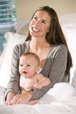 婴孩床月母亲老开会六 库存照片