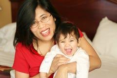 婴孩床藏品母亲 免版税库存图片