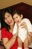 婴孩床藏品母亲 免版税库存照片