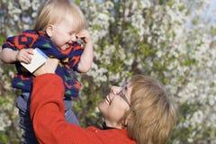 婴孩庭院母亲春天 免版税库存照片