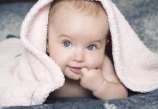 婴孩微笑的毛巾 免版税库存照片