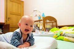 婴孩愉快的微笑 免版税库存图片