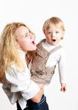 婴孩愉快的母亲姿势儿子年轻人 库存照片