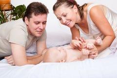 婴孩愉快的父项 免版税库存图片