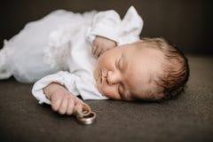 婴孩手和金子婚戒 免版税库存照片