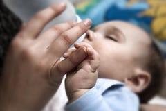 婴孩手指藏品母亲 免版税图库摄影