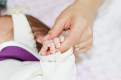 婴孩手指藏品母亲s 免版税图库摄影