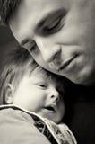 婴孩拥抱的父亲儿子 免版税库存图片