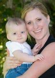 婴孩接近的母亲 库存照片