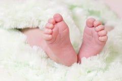 婴孩接近的英尺 免版税库存照片