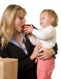 婴孩提供的妈妈 免版税库存图片