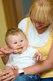 婴孩提供的母亲儿子 免版税库存图片