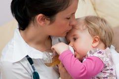 婴孩提供的母亲 免版税图库摄影