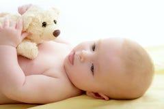 婴孩放置熊的河床演奏女用连杉衬裤 免版税库存照片