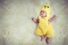 婴孩新出生的纵向 佩带黄色鸡礼服随员的愉快的睡觉的可爱的逗人喜爱的亚裔婴孩亚洲中国标志黄道带年 库存照片